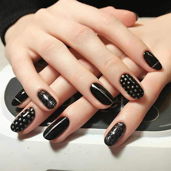 forme ongle ovale, déco ongles pointillée, manucure stylée en noir et argenté, mains blanches