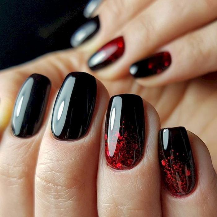 manucure ongle court, manucure bicolore en rouge et noir, base noire brillante et motifs rouges