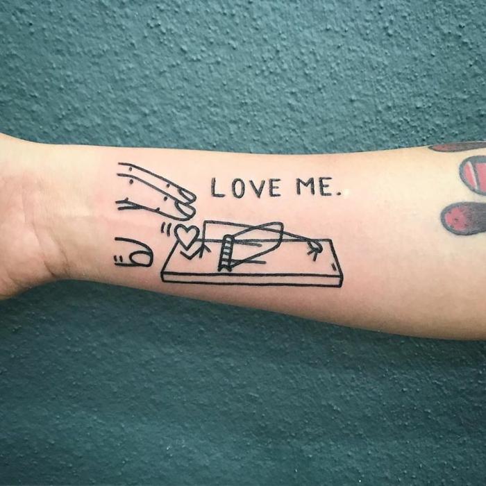 Idée tatouage original, tatouage femme poignet, beau dessin à choisir, smart idée amour est un trap