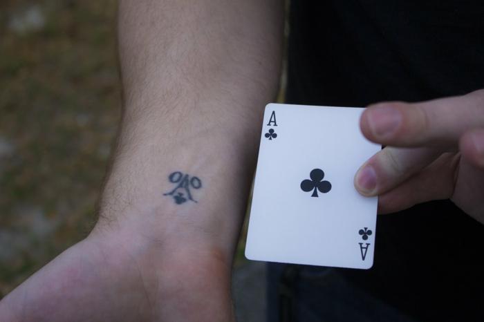 Cool tatouage bras homme, tatouage original style de dessin sur peau, as of spade
