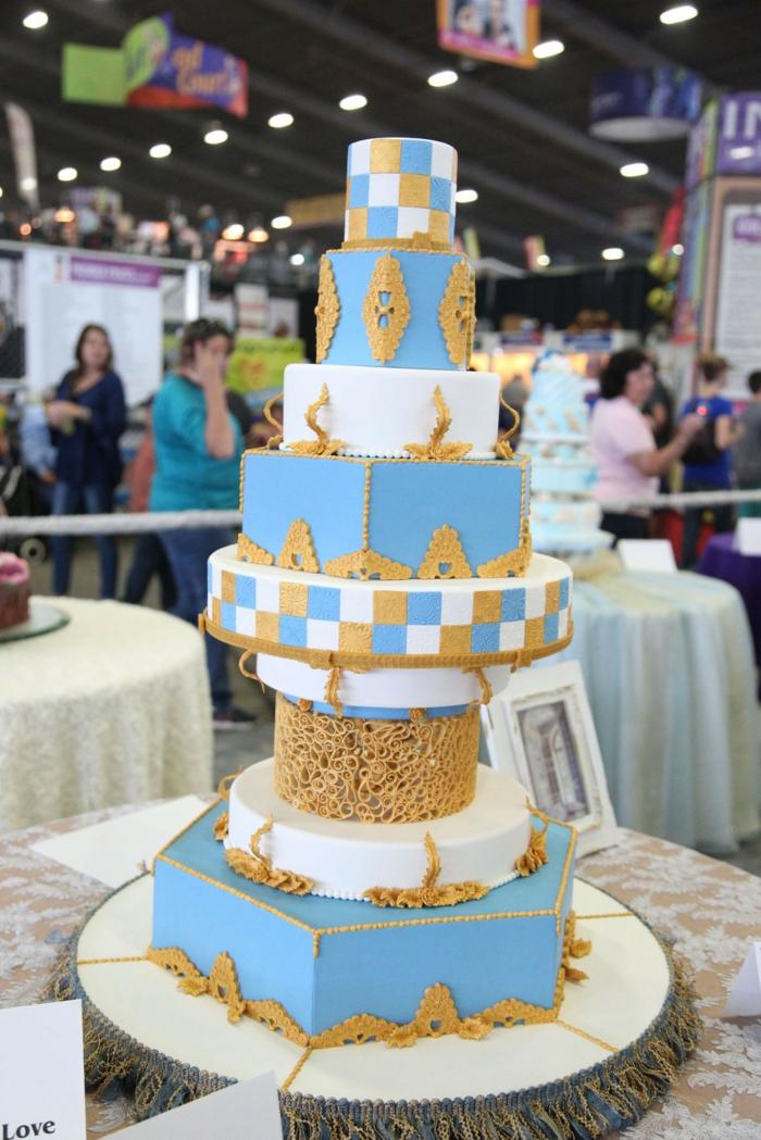 Idée gateau anniversaire simple et beau, gateau anniversaire adulte original en bleu blanc et doré détails décoratives au chocolat