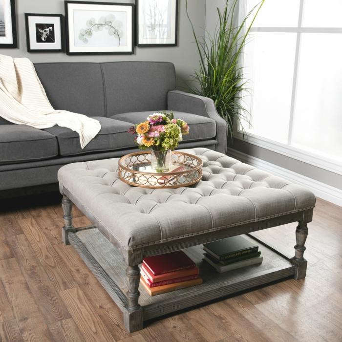joli plateau décoratif en métal cuivré, vase et bouquet champêtre, ottomane grise, sol en planches, sofa gris