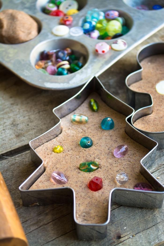 petits sapins de noel décorés avec des perles, découpés dans pâte à modeler parfumée pain d'épices