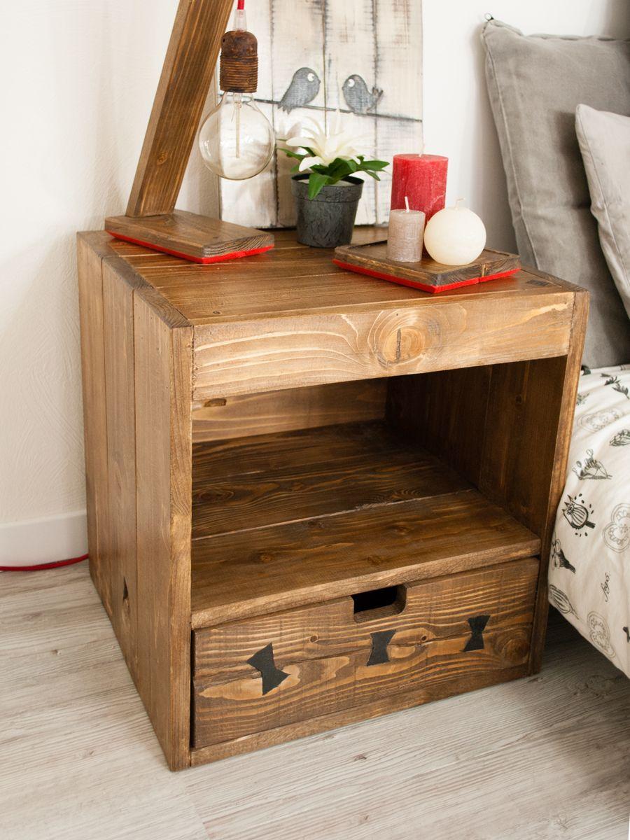 modele de table basse en palette avec un tiroir, bois brut recyclé pour ranger bougies, plantes, lampe ampoule, linge de lit gris et blanc
