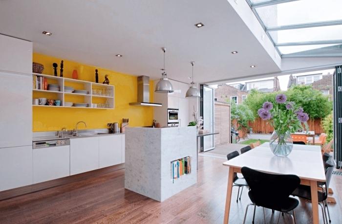 comment peindre les murs dans une cuisine équipée moderne, exemple de crédence cuisine en couleur jaune