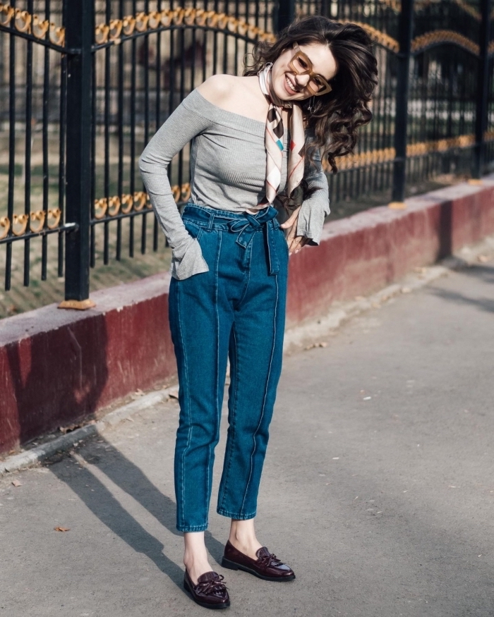 style vestimentaire femme avec pantalon taille haute et blouse grise aux épaules dénudées, idée comment mettre une echarpe ou foulard autour du cou