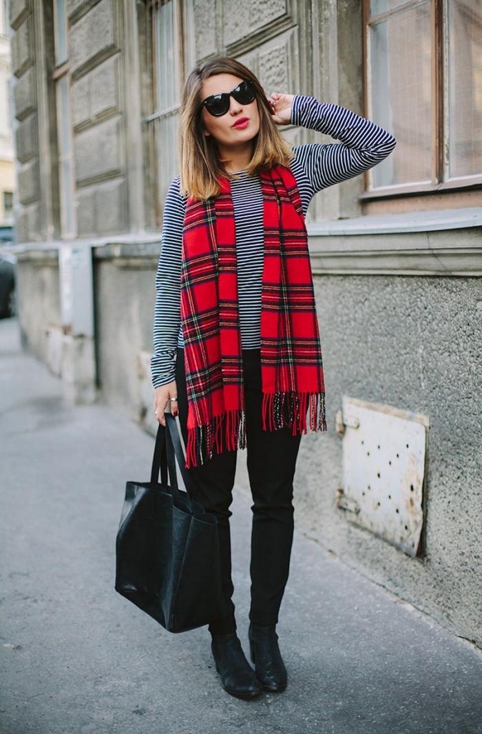 6db6bd79c8f2 exemple de grosse echarpe femme en rouge à design carreaux avec frange, idée  look stylé