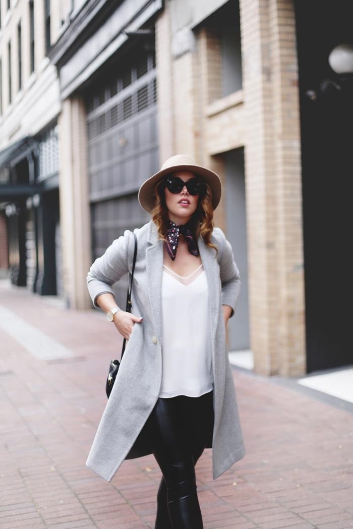 exemple de foulard femme soie couleur foncée, idée comment nouer un foulard tendance, comment bien s'habiller femme