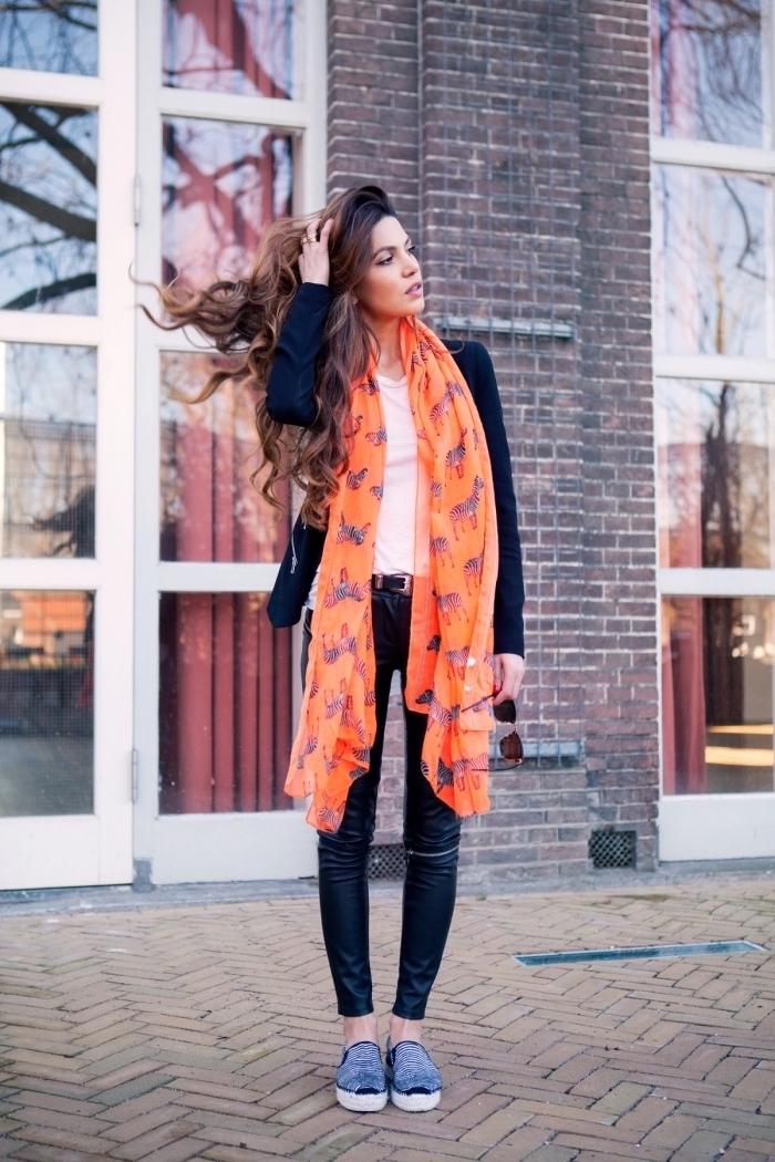 porter une grosse echarpe femme ou un foulard long autour du cou, style vestimentaire femme automne en noir