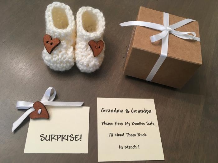 fabriquer une petite boîte à surprise avec carte annonce naissance bébé, exemple surprise pour grandparents
