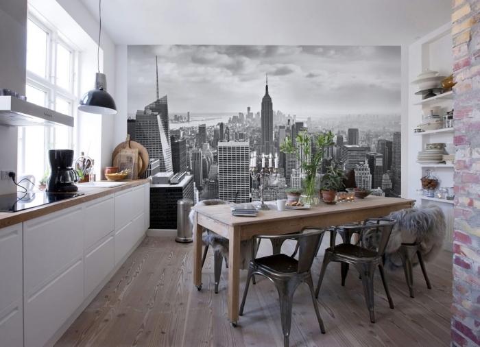 cuisine aménagée avec meubles bois, idée rangement petit espace avec étagères, déco murale avec papier peint panoramique