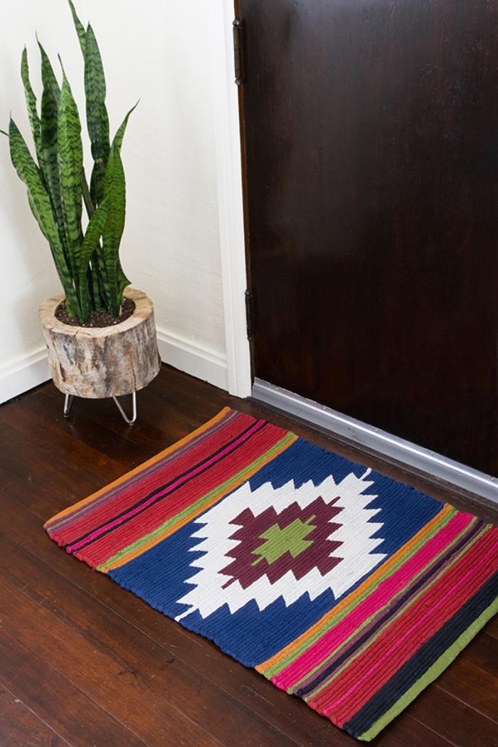 idée comment décorer un couloir avec objets ethniques ou plantes vertes, modèle de tapis tissé multicolore
