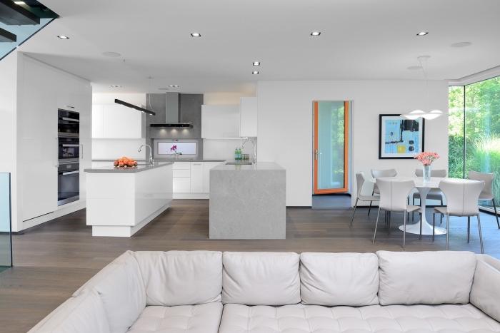 modele de cuisine avec deux îlots, exemple de cuisine ouverte aménagée en style moderne en blanc et gris