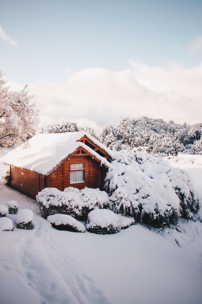 photo de cabane de bois cozy dans les montagnes, paysage hiver dans une forêt aux arbres couverts de neige