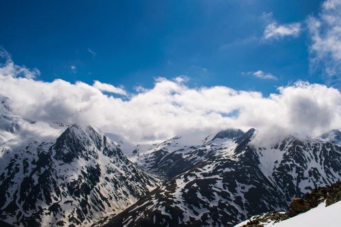 fond d écran gratuit pour ordinateur, photo hiver dans les montagnes avec ciel bleu et nuages duveteuses