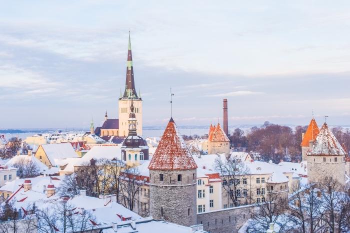 jolie photo d'une veille ville enneigée, idée fond ecran pc gratuit sur le thème neige, photo de village enneigé