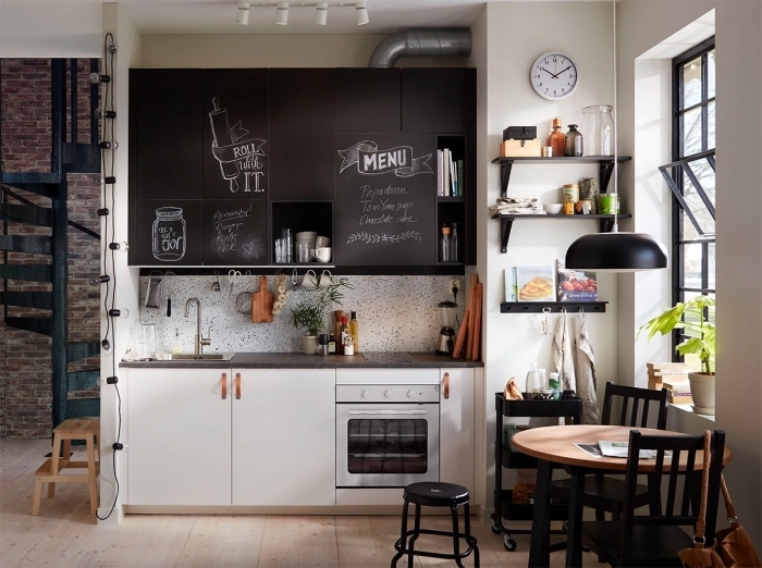 idée petite cuisine ouverte en style industriel, déco de cuisine en longueur avec petite table à manger et grande fenêtre