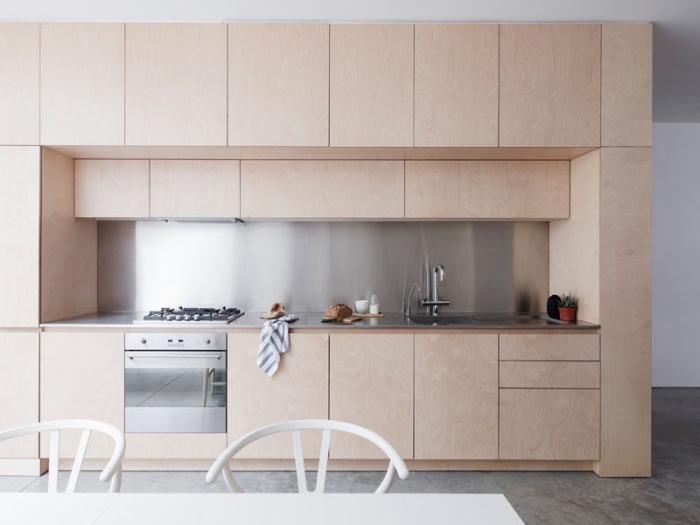 design de cuisine moderne avec meubles en bois sans poignées et credence inox, modèle plan de travail design inox