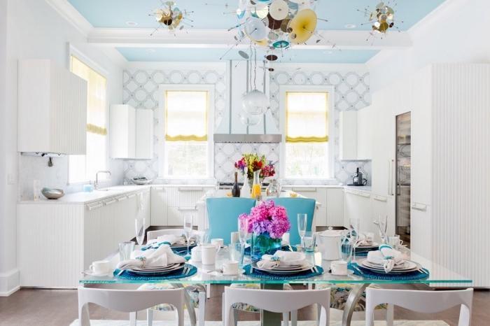 credence cuisine en carrelage blanc, exemple de cuisine blanche aménagée en U, idée déco cuisine avec coin repas