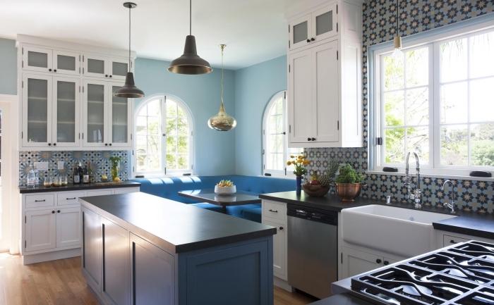 comment peindre les murs dans une cuisine, exemple revêtement mural avec peinture pastel, choix crédence cuisine