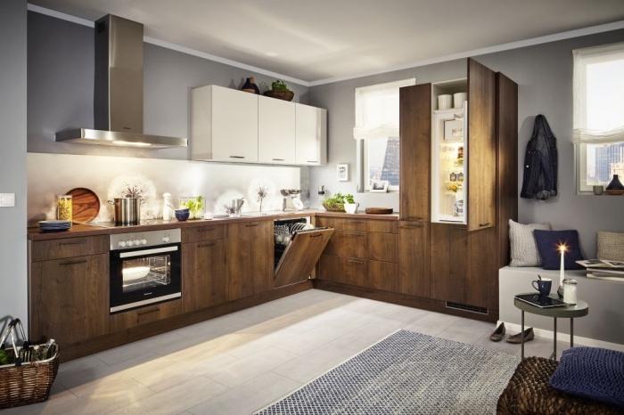agencement cuisine en forme de L, modèle de cuisine avec meubles en bois foncé et murs gris, déco de cuisine d'angle