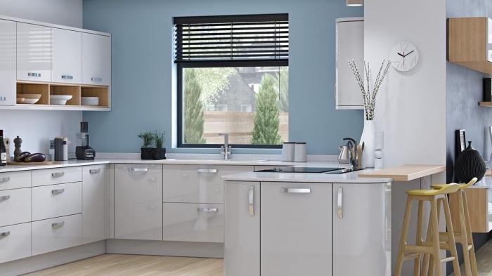 revêtement mural de cuisine avec peinture couleur pastel, agencement cuisine moderne avec meubles en blanc et bois