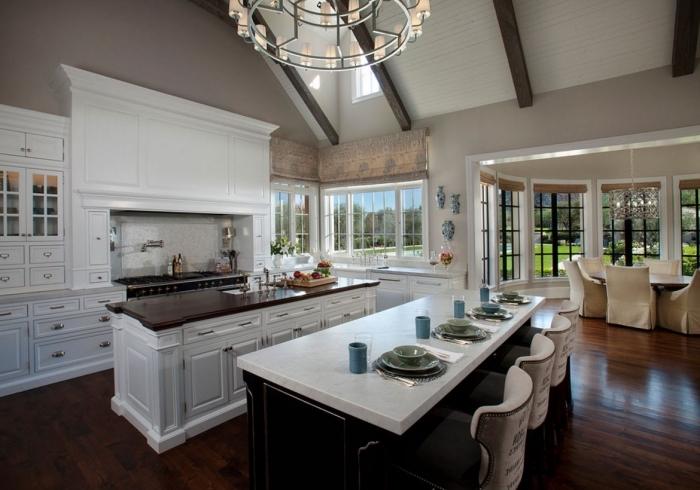 modèle de plafond avec poutres apparentes en blanc et bois, agencement cuisine en longueur avec deux îlots