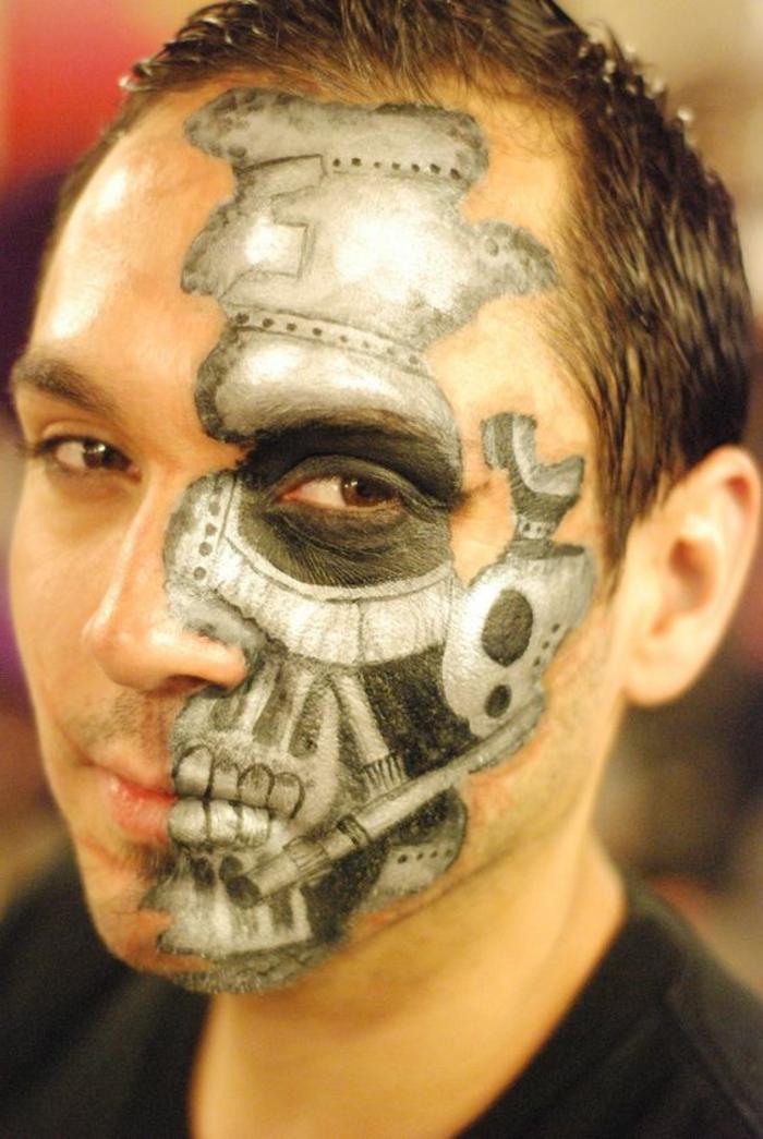 visage steampunk à demi maquillé, éléments gris imitant la structure du crane sur le visage