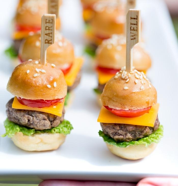 petit hamburger avec boulettes tomate fromage laitue tomate sur une brochette range s dans une assiette blanche anniversaire repas original e1539180366838