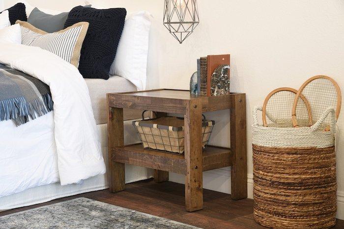 modele de table de chevet en palette avec rangement intégré pour panier vintage, ranger des livres et objets recup, lampe suspension, linge de lit gris, noir et blanc
