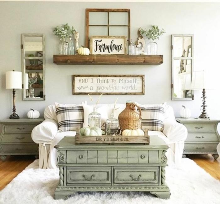 table basse vert menthe, tapis blanc moelleux, objets de déco rustiques, rayon mural en bois, deux chevets aux formes baroques, miroirs fenêtres