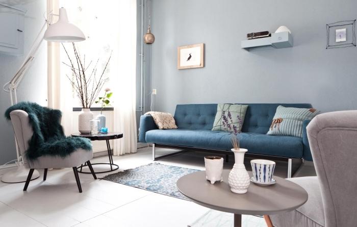 petit salon cosy avec mobilier vintage aux lignes épurées, décoré de matières cocooning qui adoucissent l'ambiance