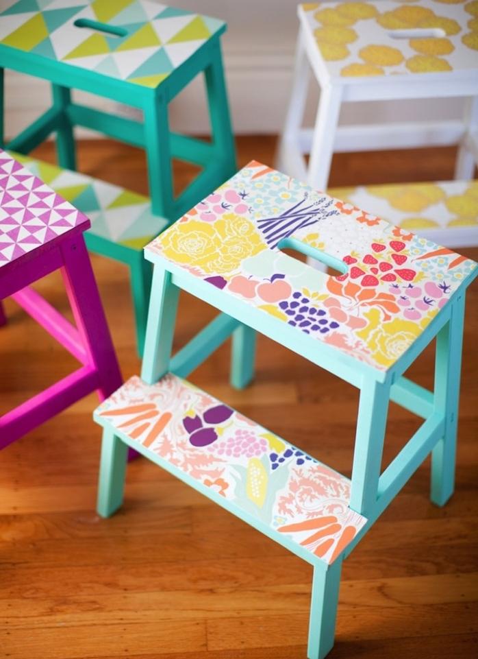 detournement meuble ikea, tabouret echelle decorative retapé de papier peint à motifs floraux à utiliser en guise de table de chevet