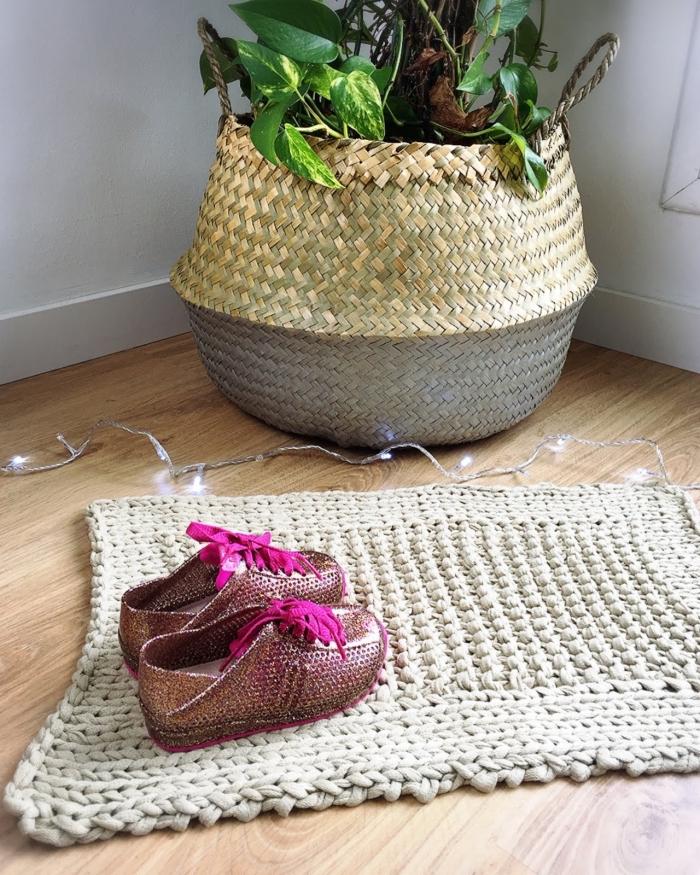 modèle de tapis crochet beige pour la chambre d'enfant, idée déco naturelle en objets fait main, modèle petit tapis en crochet