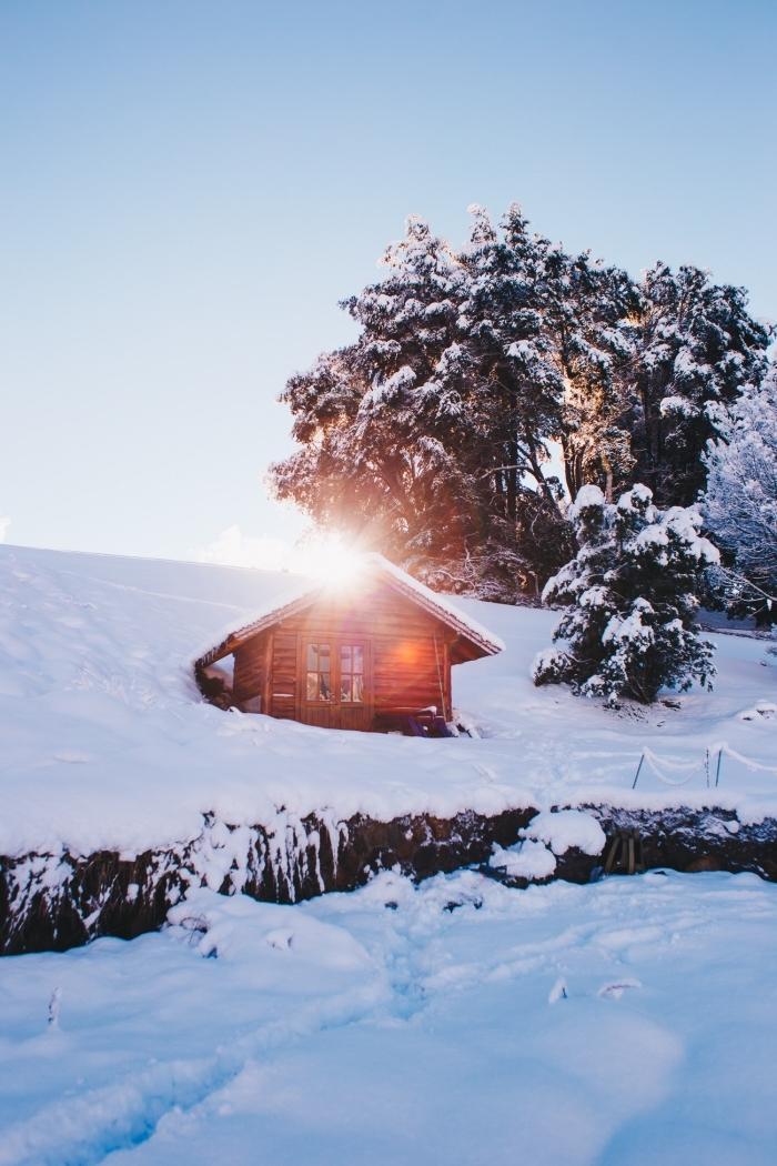 joli fond d'écran hiver, idée wallpaper gratuit pour portable sur le thème neige, photo de petite maison en bois dans les montagnes