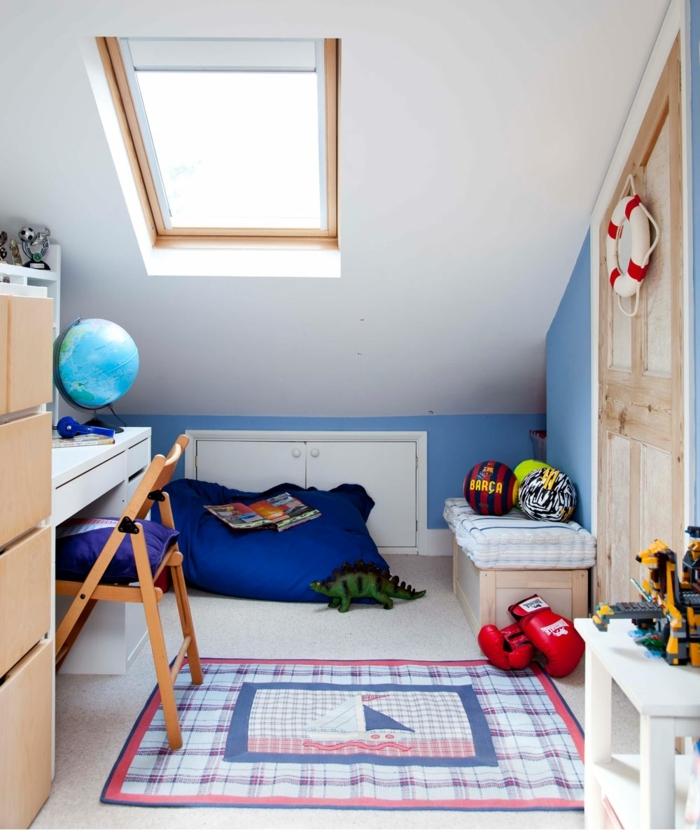 aménagement chambre bleu et blanc, petit bureau blanc, chambre de garçon thème nautique, mitaines de box rouges