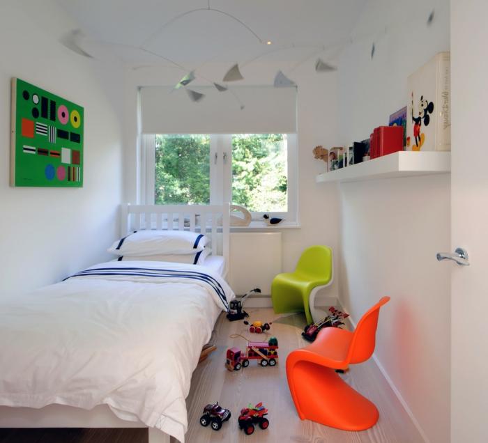intérieur scandinave, deux chaises pantons colorées, étagère murale, grand lit, jouets au sol