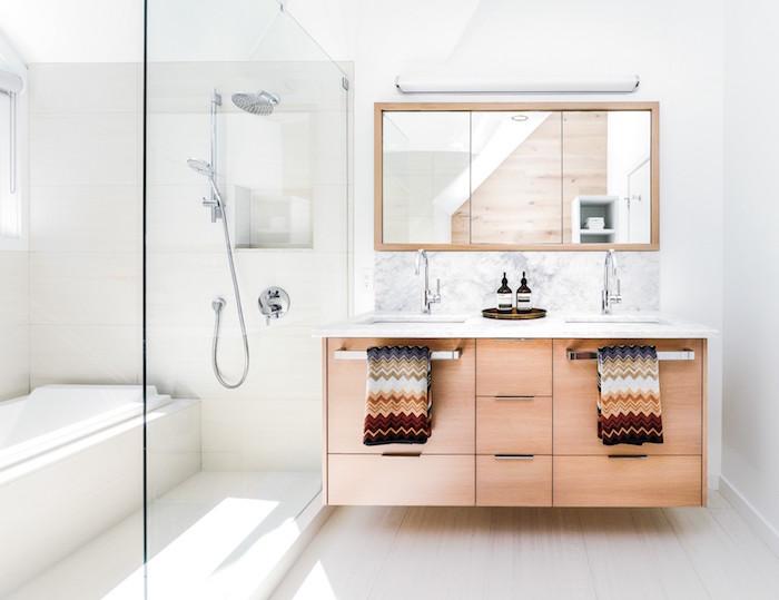 meuble double vasque salle de bain en bois type suedois avec douche italienne et baignoire avec séparation vitrée