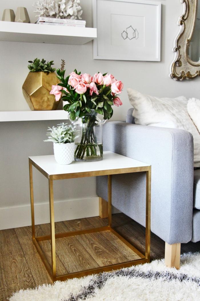 déco de table basse scandinave, pot de fleur bmanc et vase en verre, bouquet de roses, vase forme angulaire, étagère