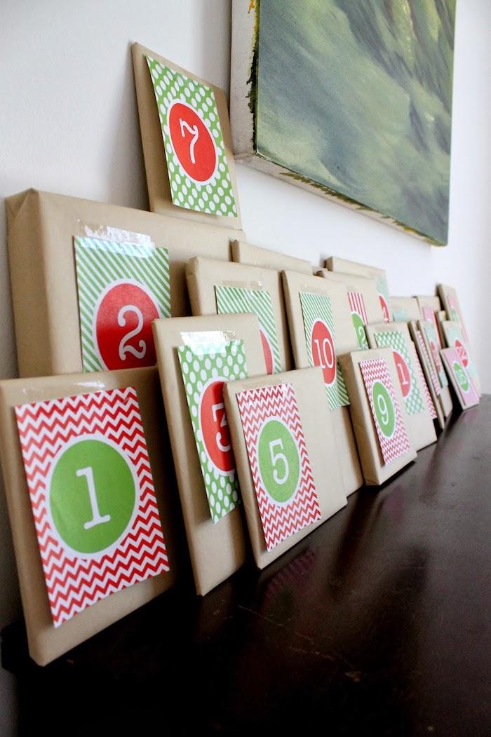 des simples paquets cadeau en papier kraft rangés sur un meuble bois avec une peinture accrochée au mur, calendrier de l avent adulte et enfant