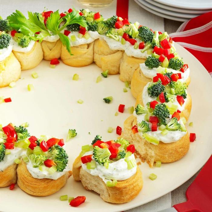 bouchées apéritifs faits maison, rouleaux de pain, brocolis, poivrons rouges, crème fromage