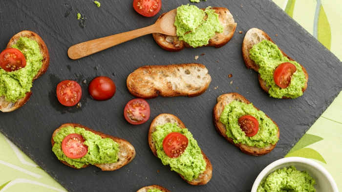 tomates cerises, tartines badigeonnées de pesto vert au basilic, plateau de présentation assiette ardoise