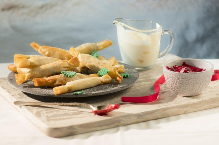 bonbons salés de pâte filo, bouchées raffinées super festives, pleins de confiture et de crème fraiche