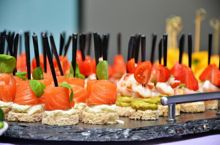 apéro de noel goûteux et facile à préparer, filet saumon fumé enroulé sur un rondin de pain, plateau ardoise
