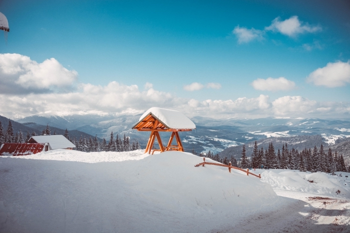 idée fond ecran noel, image gratuite à télécharge, photo de la nature d'hiver dans les montagnes, photo forêt d'abres conifères