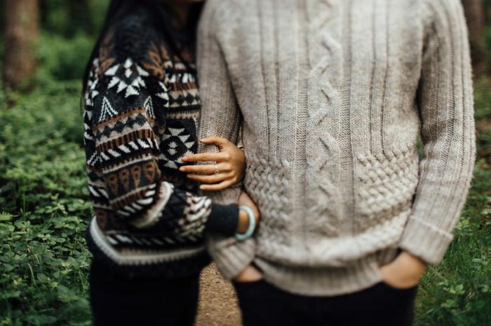Pull grosse maille femme et homme vetement hippie chic, cool idée comment s habiller en hiver