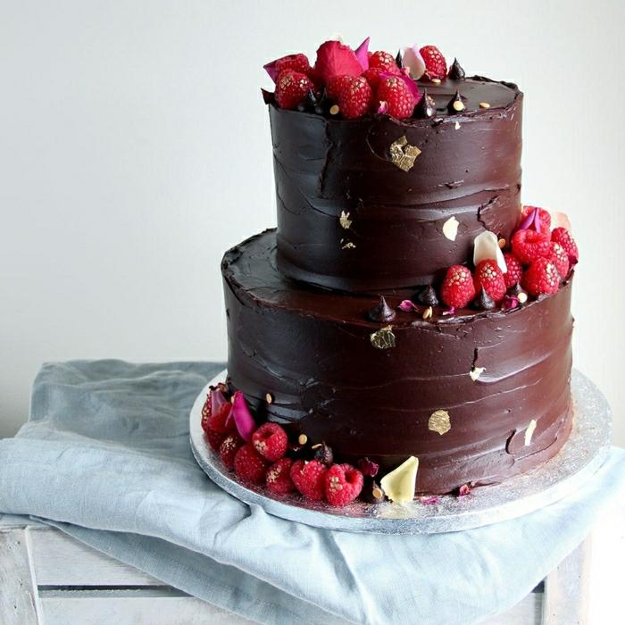 Gateau anniversaire adulte original, faire un gâteau soi même comme un chef au chocolat et framboises