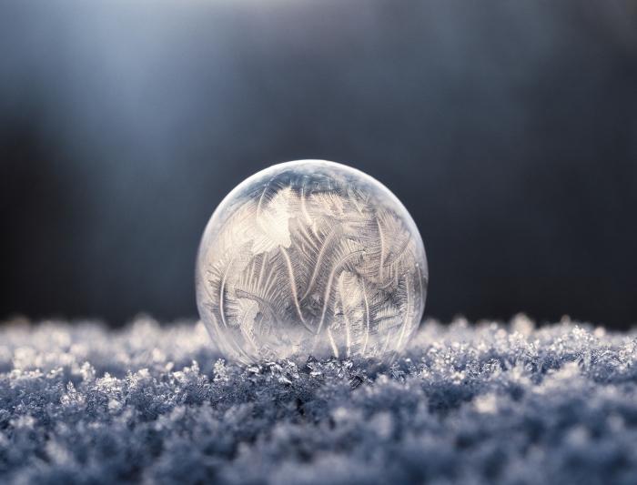 magnifique photo pour fond d'écran noel, wallpaper gratuit pour ordinateur avec une balle glacée et petites flocons de neige