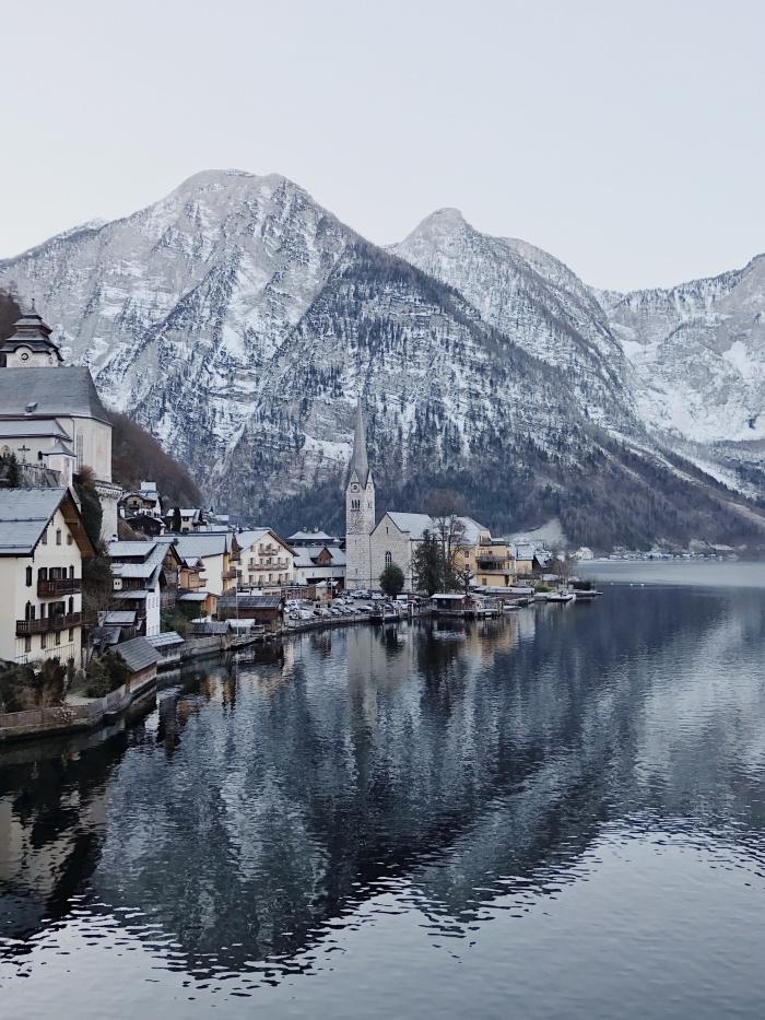 idée fond ecran pc, photo de paysage naturel en hiver dans un village au bord d'un lac et dans les montagnes