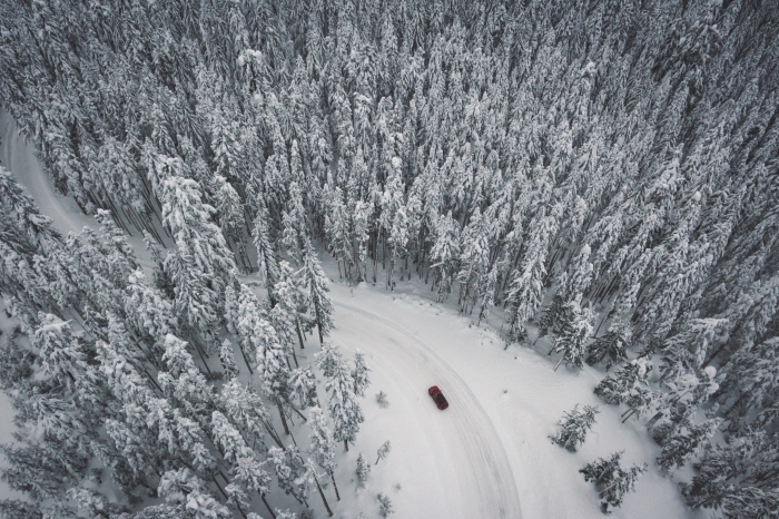 idée paysage de noel pour fond d'écran pc, photo de la nature hivernale dans une forêt enneigée, paysage hivernal pour fond d'écran